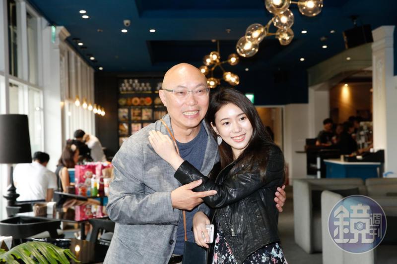 導演鄧安寧的女兒雨晨,在《前男友不是人》中演出社會新鮮人,父女倆難得公開同台。