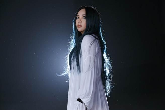張惠妹新專輯《偷故事的人》感情細膩,打動人心。(EMI提供)
