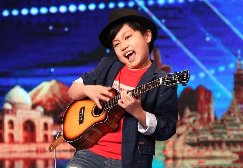 年僅10歲的烏克麗麗小神童馮翊,在《亞洲達人秀》第二季的演出技驚四座,連續被評審以「金按鈕」保送,進入前8強總決賽。(AXN)