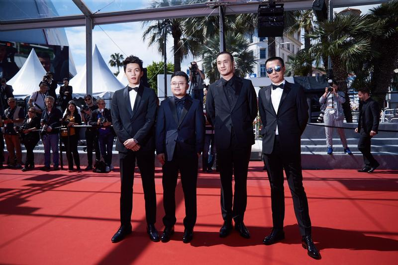 《地球最後的夜晚》導演畢贛(左2)攜 主要演員黃覺(右2)、李鴻其(左1)、陳永忠(右1)出席坎城電影首映。(甲上提供)
