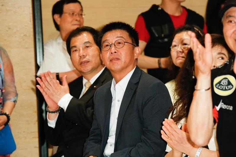 許智傑透露,是因為昨晚約接到妻子周桂香的電話要他辭,他才做出辭職決定。