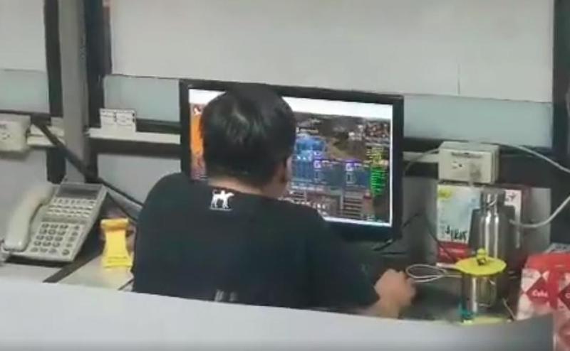 有網友於臉書po出影片爆料,士林監理站疑似有人員利用上班時間打電動。(翻攝自臉書)