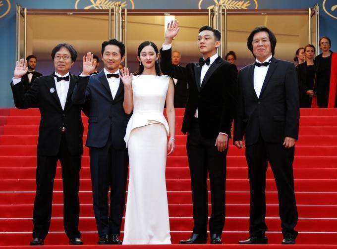 李滄東導演(右起)率演員劉亞仁、全鍾淑、史蒂芬元及製片弟弟李俊東現身坎城,為《燃燒烈愛》全球首映走紅地毯。(華聯國際提供)