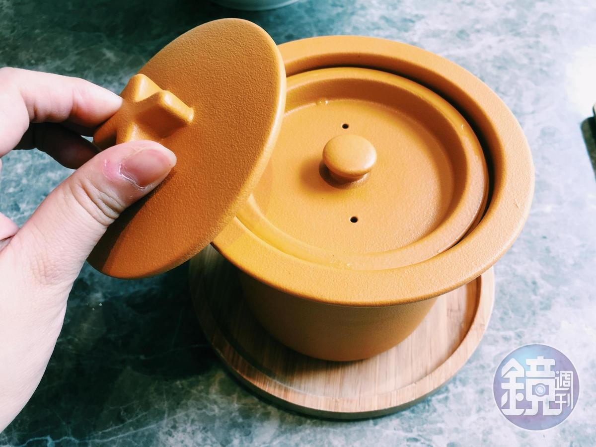 「清燉鮮牛盅」以時髦亮黃色湯盅盛裝,雙層盅蓋保持入口的溫熱。(200元/份)