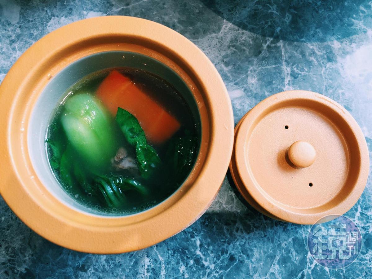一掀開,健康的鮮綠蔬菜首現身。盅蓋互相交疊就能安穩放在桌上,不會晃動。
