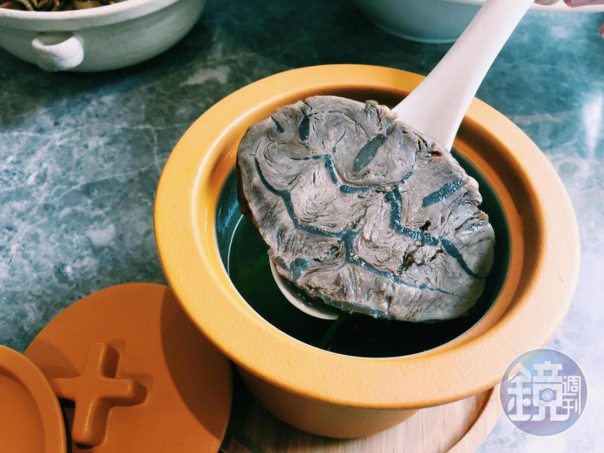 湯裡有牛腱心、牛筋和牛肋條,牛腱心碩大,特別吸睛。