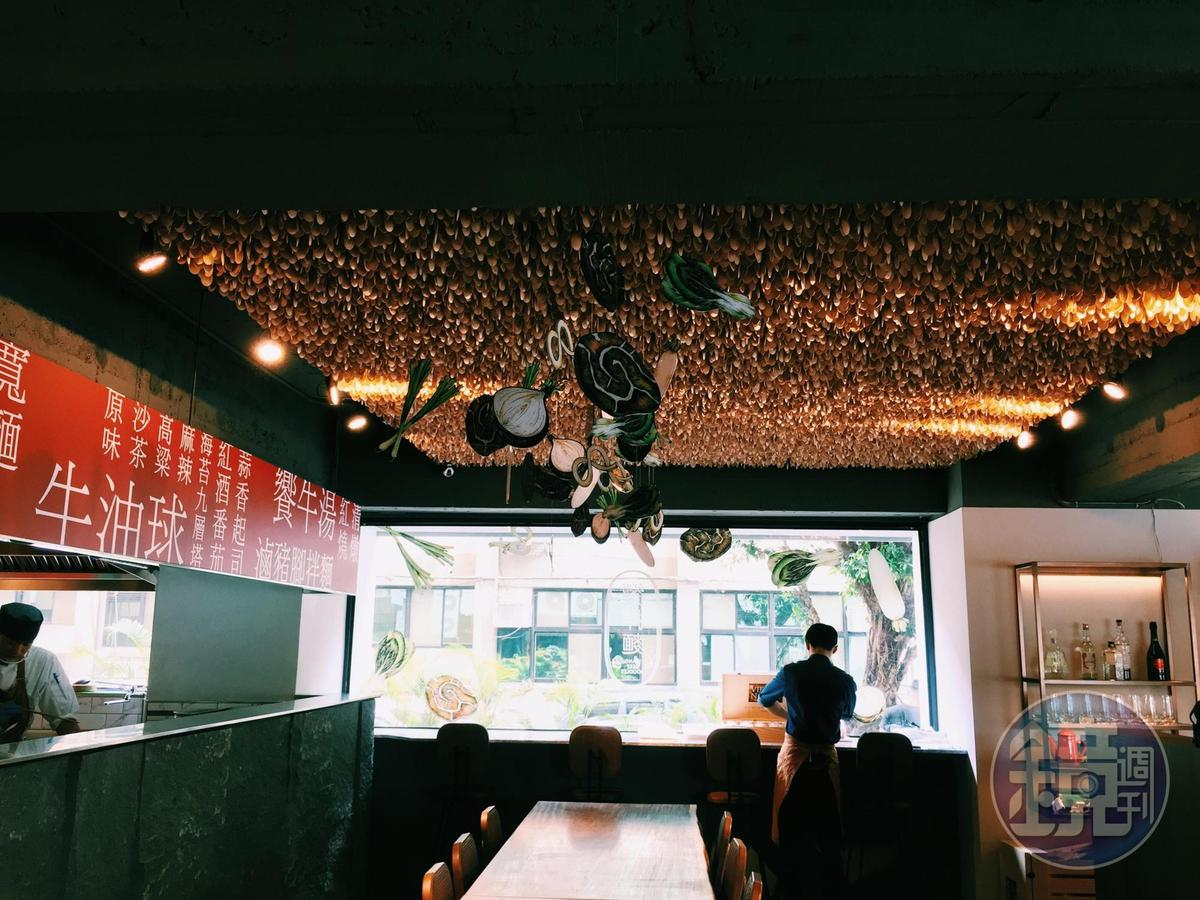 由花藝大師朱永安設計的12,000支木匙,點綴劉于寧妹妹手繪的蔬果插畫,可愛極了。