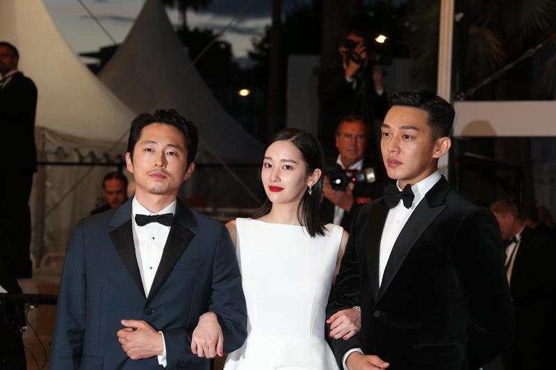 韓國演技男星劉亞仁(右)攜全鍾淑(中)與史蒂芬元在坎城舉行電影《燃燒烈愛》世界首映」。(東方IC)