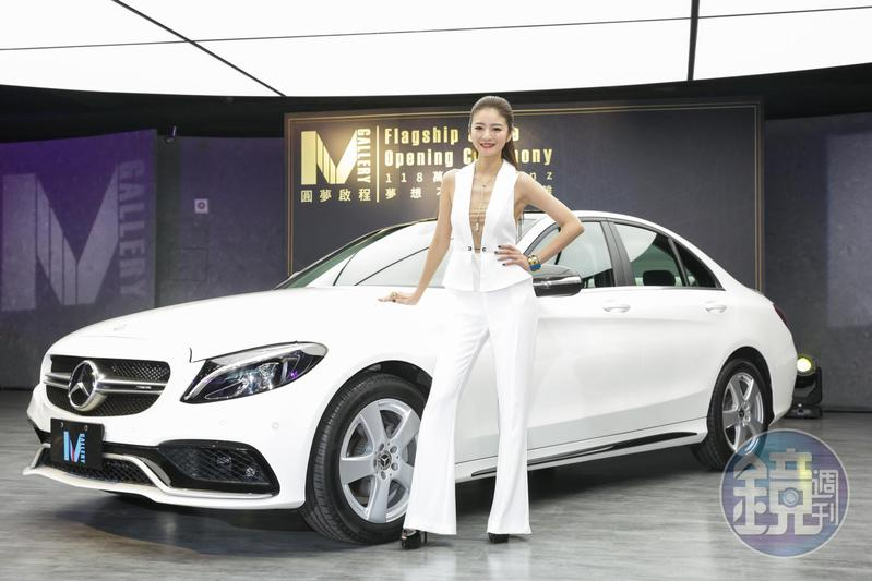 安以軒出席車商活動,和名車拍照。