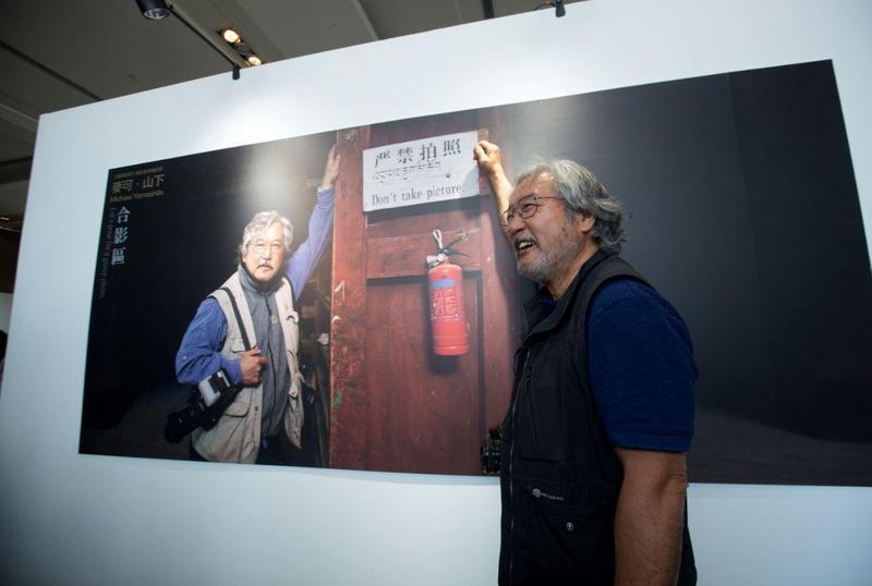 主辦單位在回顧展上安排了一個合影區,照片中的麥可山下站在「嚴禁拍照」的標語旁留影,令人莞爾。