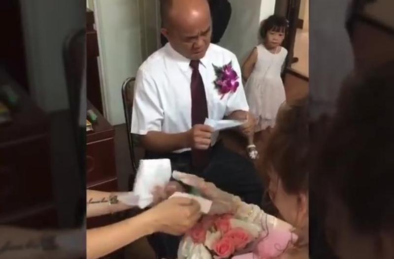 父親嫁女兒時緩緩拿出小抄,一字一句念出對女兒疼愛的告白,惹哭了不少網友。(翻攝自Ting Yi Yeh臉書)