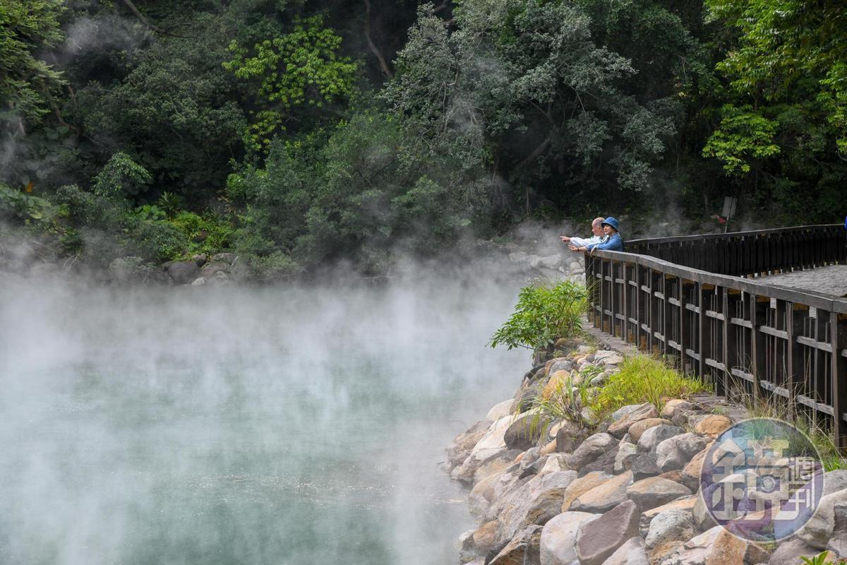 地熱谷的水溫度高達90度,水面上冒出大量白煙,頗有仙境之感。