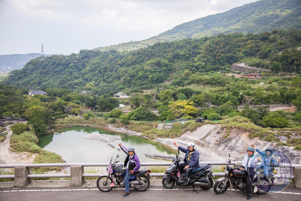 騎車往泉源路行駛,可以一覽硫磺谷的全景,這兒是機車快遞員心中的賞景祕地。