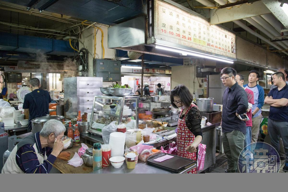 矮仔財滷肉飯」是北投市場的名店,每日從清晨開到中午左右便會收攤。無論平假日,攤位前總有排隊人潮。