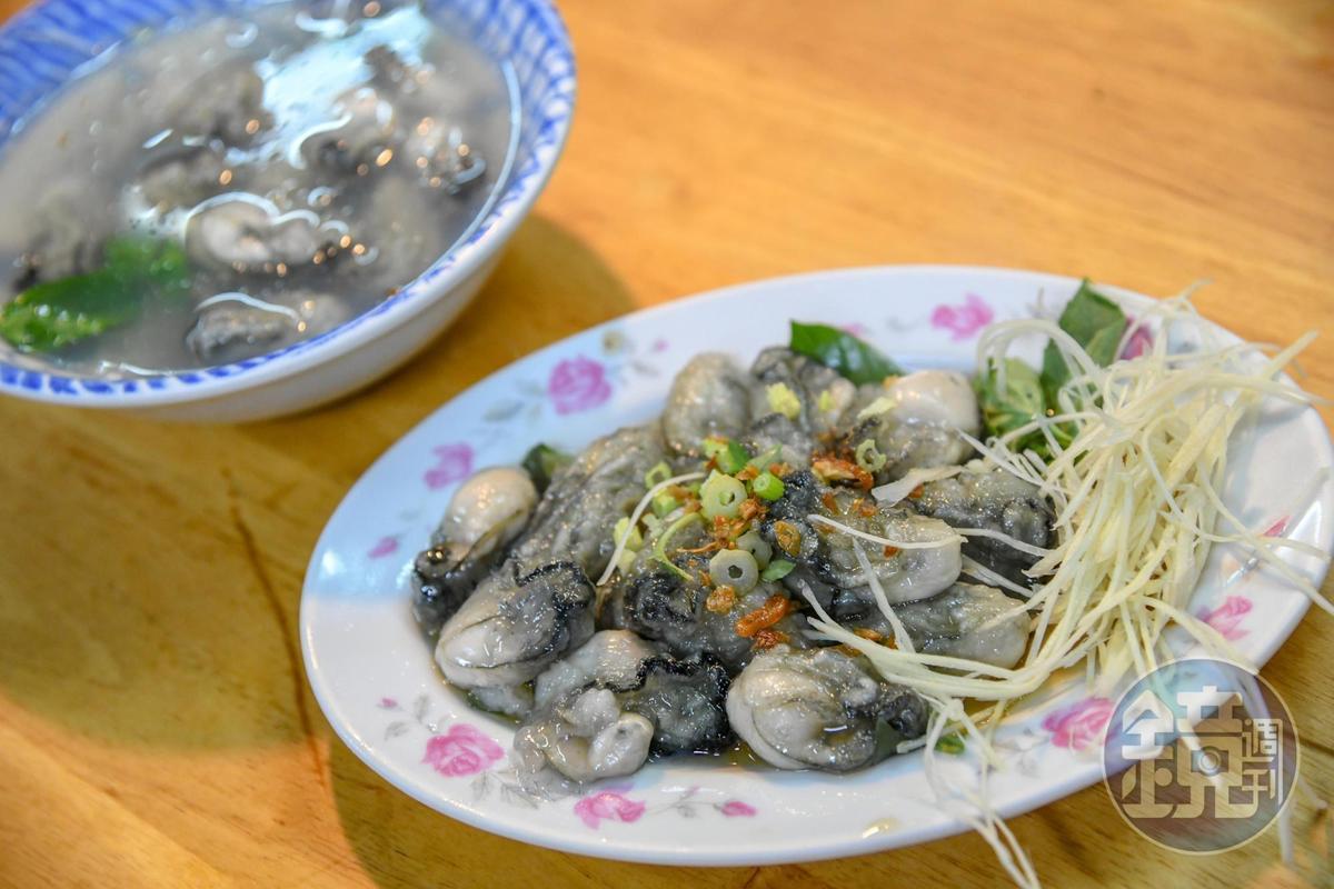 裹粉後燙熟即撈起的乾蚵(90元/份),配上蚵仔湯(70元/份),是許多老北投人喜愛的早餐。