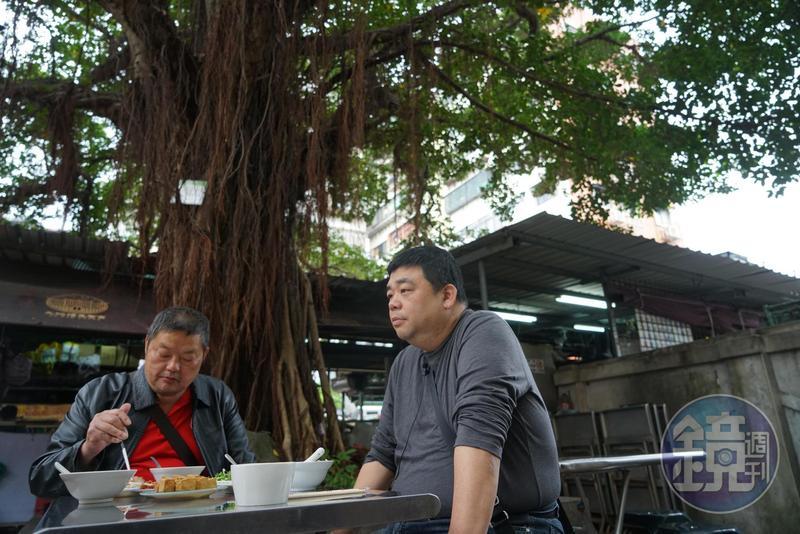 Chris(右)經常帶朋友一起品嘗大稻埕小吃。