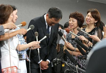 為了不倫事件,渡邊謙還辦記者會出面謝罪。(翻攝sanspo網站)