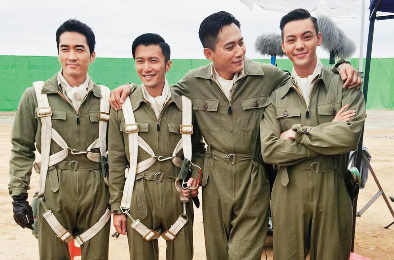 預定今夏在對岸上映的《大轟炸》,宋承憲(左起)、謝霆鋒、劉燁和陳偉霆的飛行員扮相帥氣,電影描述抗日時期日本對重慶戰略轟炸6年半的故事。