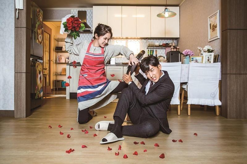 張娜拉(左)和孫浩俊主演的《Go Back夫婦》,是部以穿越為題材,教導觀眾「愛要及時」的好戲。(Choco TV提供)