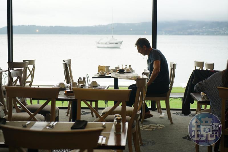 紐西蘭的陶波湖畔聚集各式餐館與飯店。