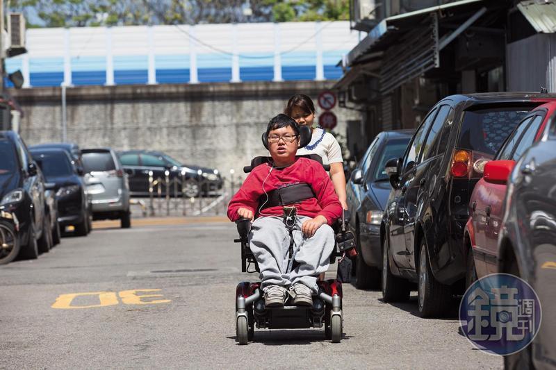 劉于濟(前)是極重度肌肉萎縮症患者,除了推動電動輪椅操控桿,其他都需外傭(後)協助。