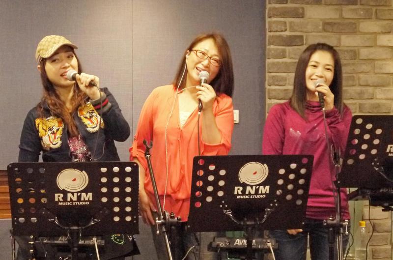 秀蘭瑪雅(左起)、王瑞霞及黃妃為演唱會彩排練唱,3大歌姬齊飆台語經典一片和氣。(寬宏藝術提供)