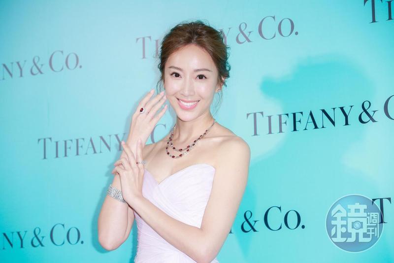 隋棠佩戴總值逾9,000萬元的Tiffany珠寶站台,她透露自己喜愛紅寶石的熱情與力量。