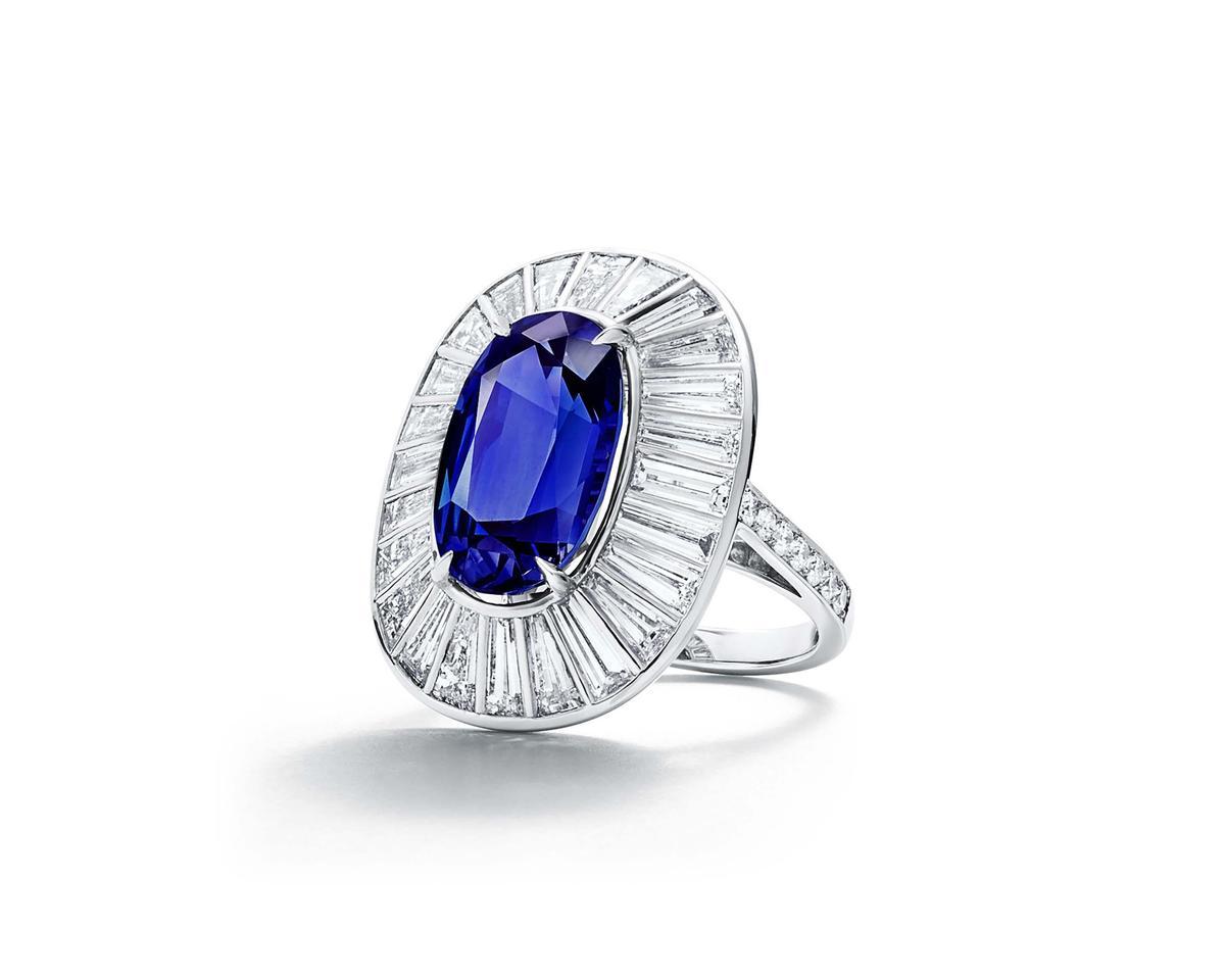Tiffany鉑金鑲嵌主石逾8克拉橢圓形切割丹泉石與鑽石戒指,NT$2,180,000。