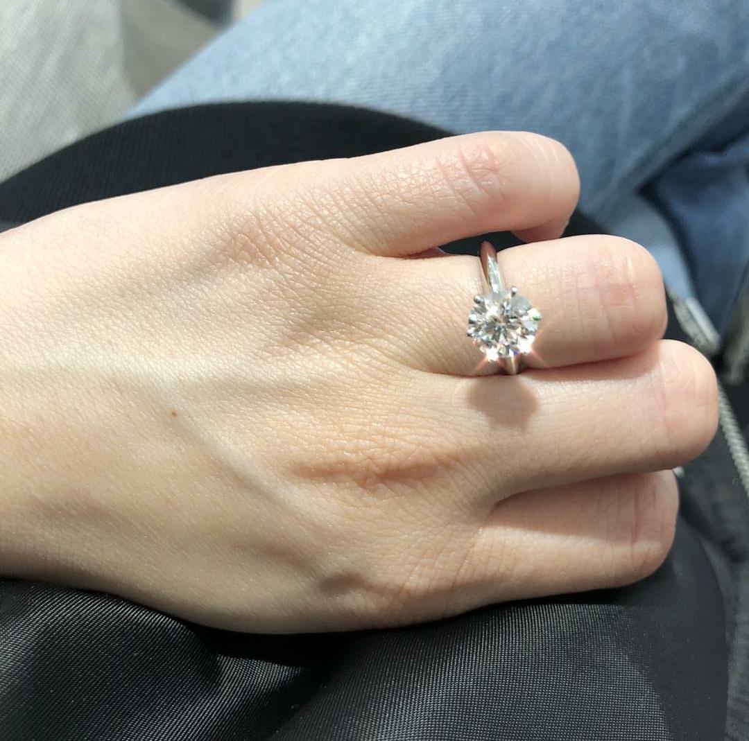 賴弘國今年2月份阿嬌生日時突然求婚,一直想結婚的阿嬌立即點頭答應,並在IG上PO上鑽戒照放閃。(翻攝自鍾欣潼IG)