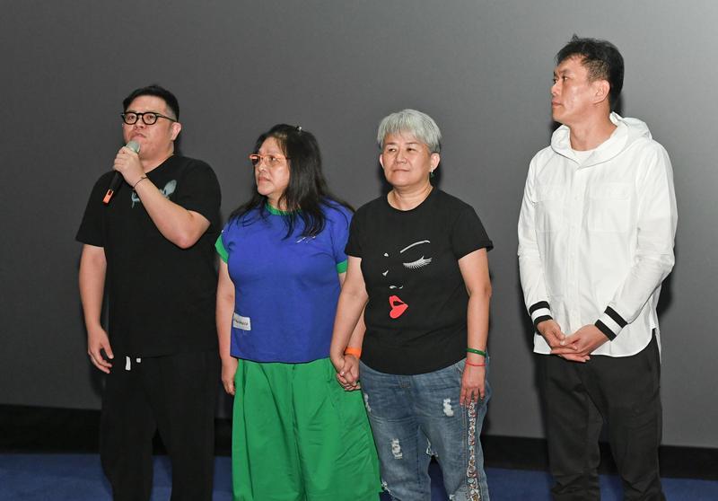 《看不見的台灣》製片曾國駿(左起)、通靈阿姐貫譽、林寶貴、導演林明謙出席試映會。(牽猴子提供)
