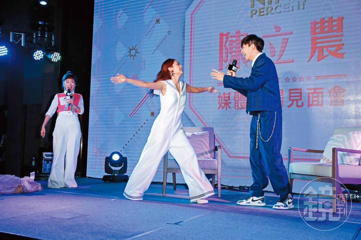 楊丞琳(左)看到陳立農high得咧!陳立農不愧是李榮浩節目中的徒弟,準師母也對他疼愛有加。
