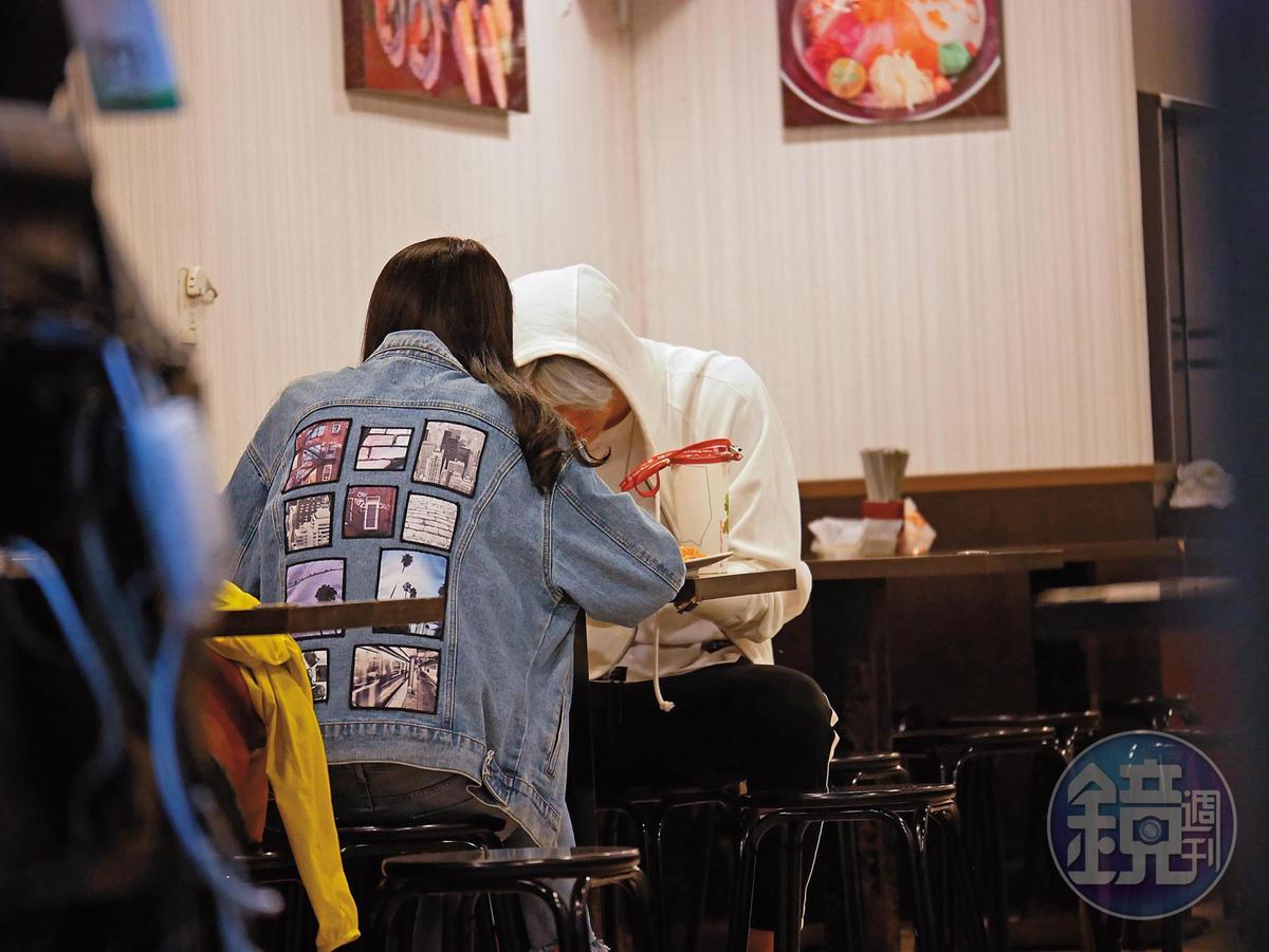 22:45 英承晞和長髮妹買飲料之後,選了一家日本料理店用餐。