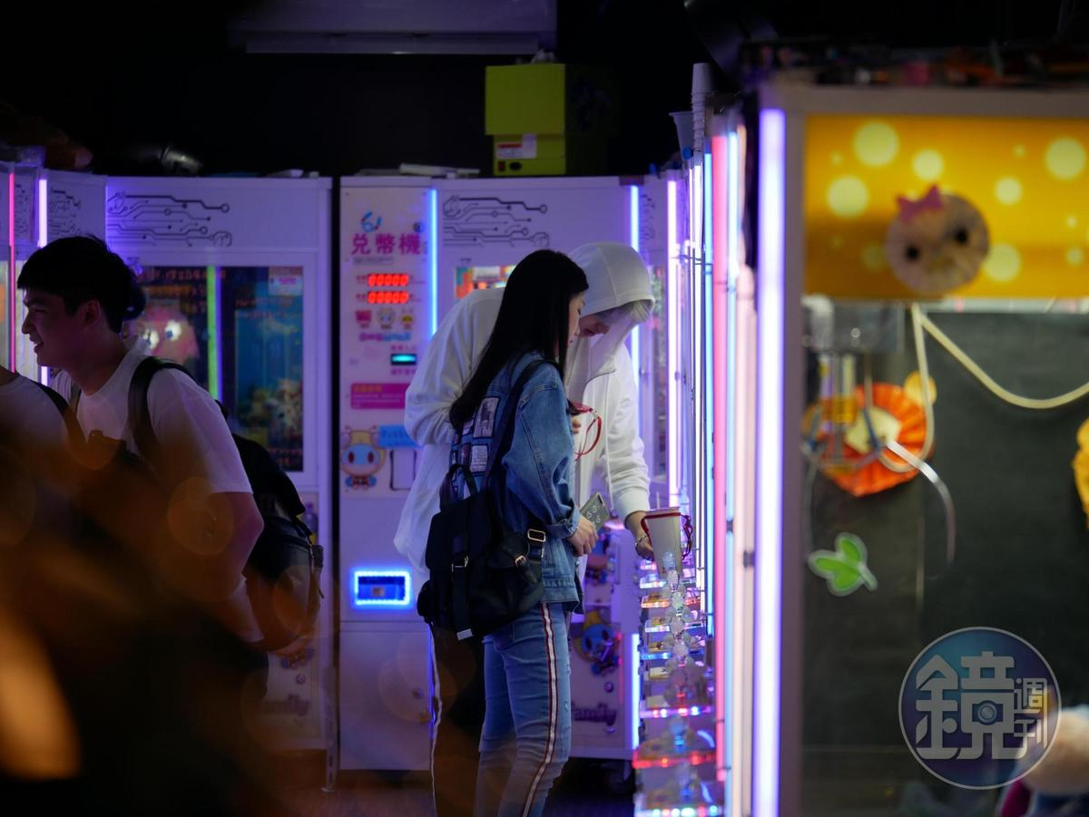 22:32 英承晞和長髮妹在通化夜市夾娃娃,畫面很甜蜜。