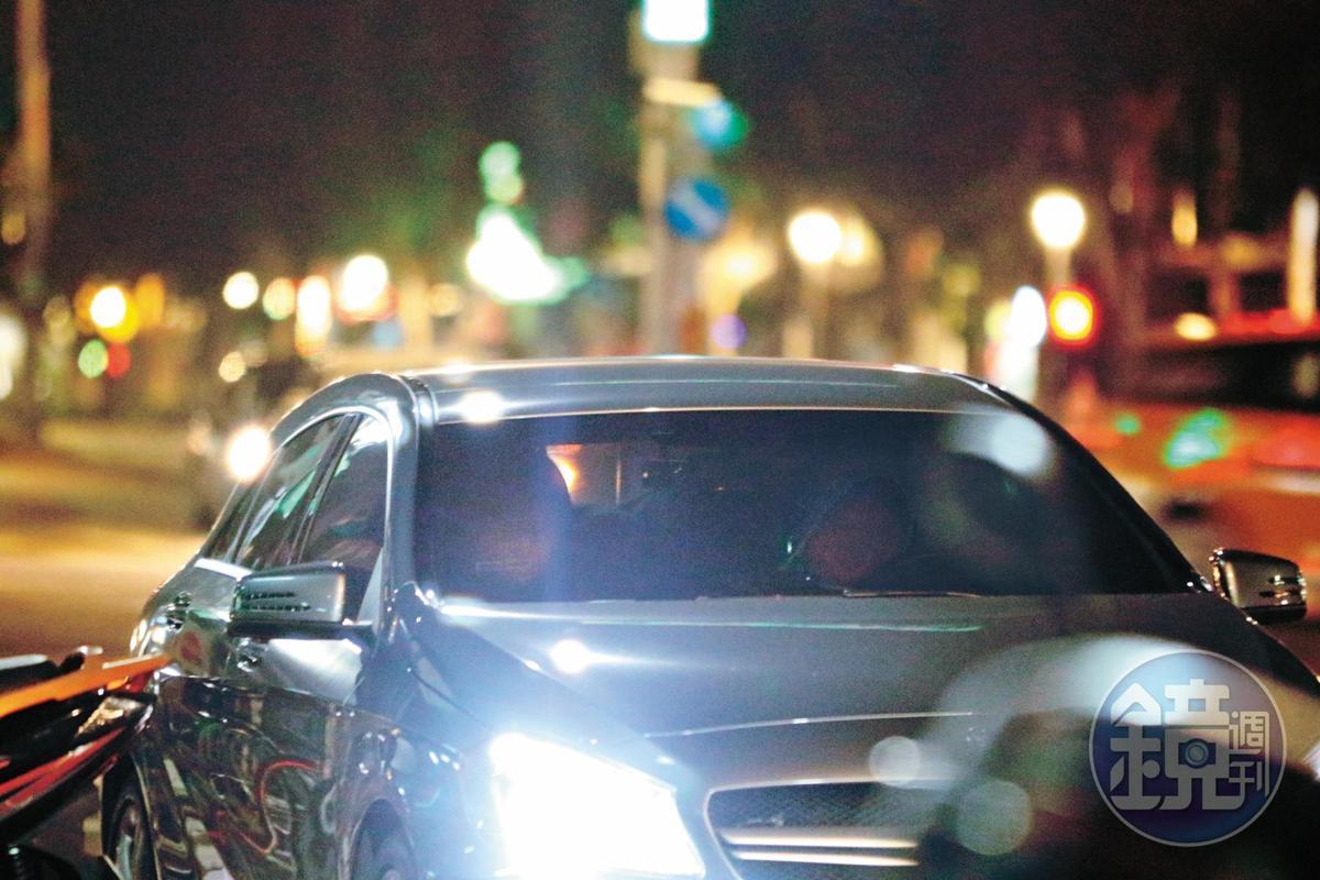 23:29 雖然才剛出道,但英承晞已開得起百萬進口名車,兩人在車上密語了30分鐘。