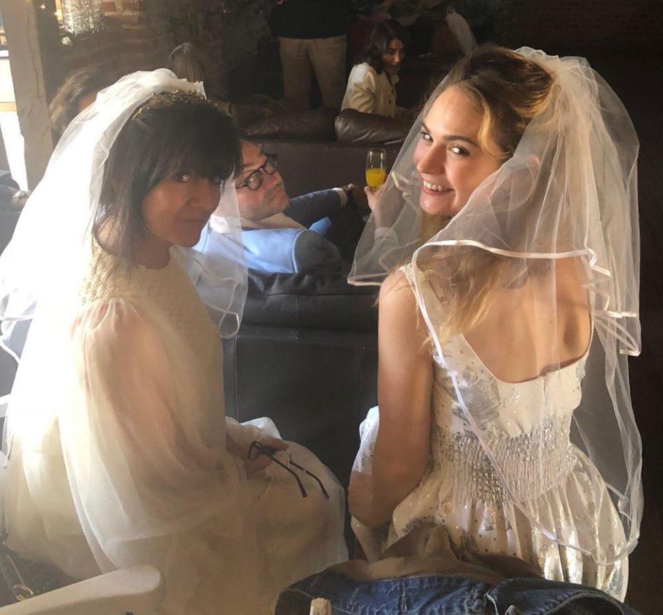莉莉與好友戴上婚紗,穿了復古連身裙開趴慶祝哈利王子與梅根大婚。(翻攝自Emma Freud推特)