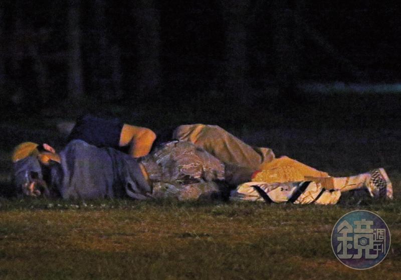 20:07 兩人側躺草地上,面對面近看著對方,張軒睿趁四下無人,伸手摟摸林明禎的腰。
