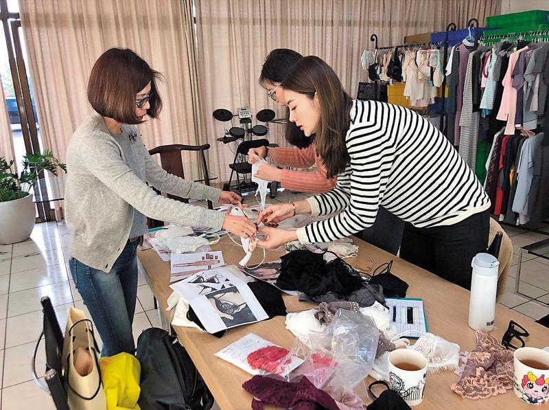 吳亞馨幕後有一團隊幫忙自己的事業,雖說有演藝邀約,但據她說法,剛好都跟其他工作撞期只好忍痛推掉。