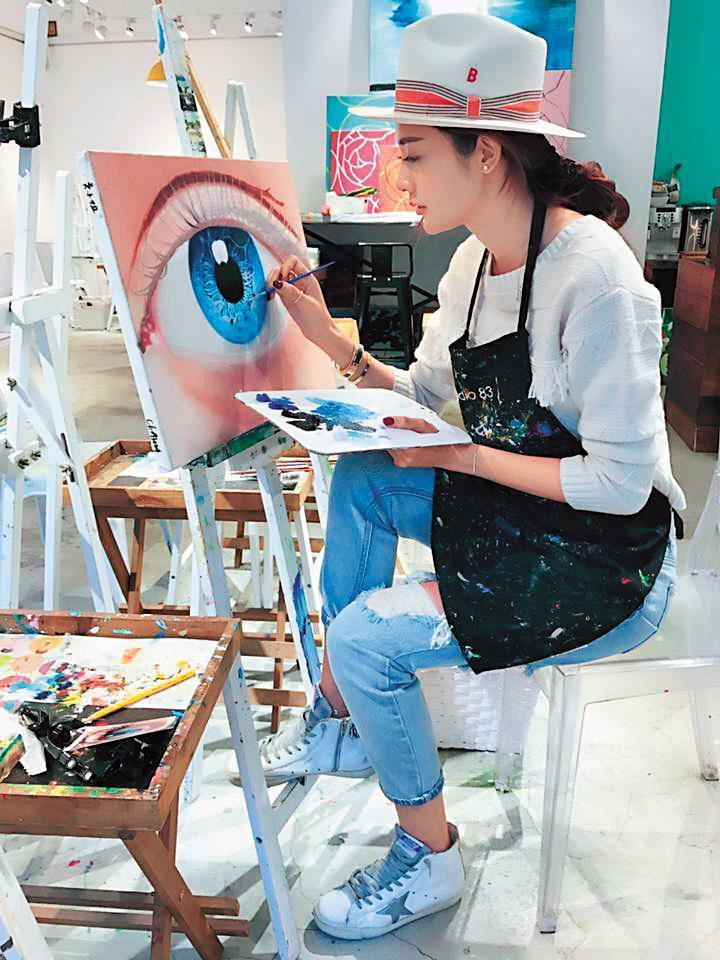 據說吳亞馨還愛畫畫,在低潮的時期讓她修身養性,並且展現自己才華。(翻攝自吳亞馨臉書)
