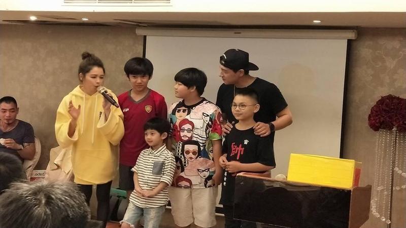 《人面魚:紅衣小女孩外傳》殺青慶功宴,徐若瑄(左一)身兼主持人,還捐出一半片酬加一萬。(翻攝自臉書)