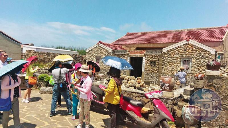 二崁聚落有咾咕石牆與閩南式古厝,也是高院法官團行程之一。