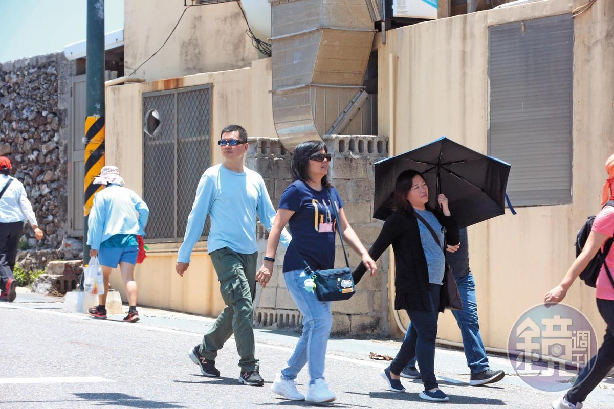 高院發言人邱忠義也參與澎湖遊。圖為18日去吃海鮮路上。