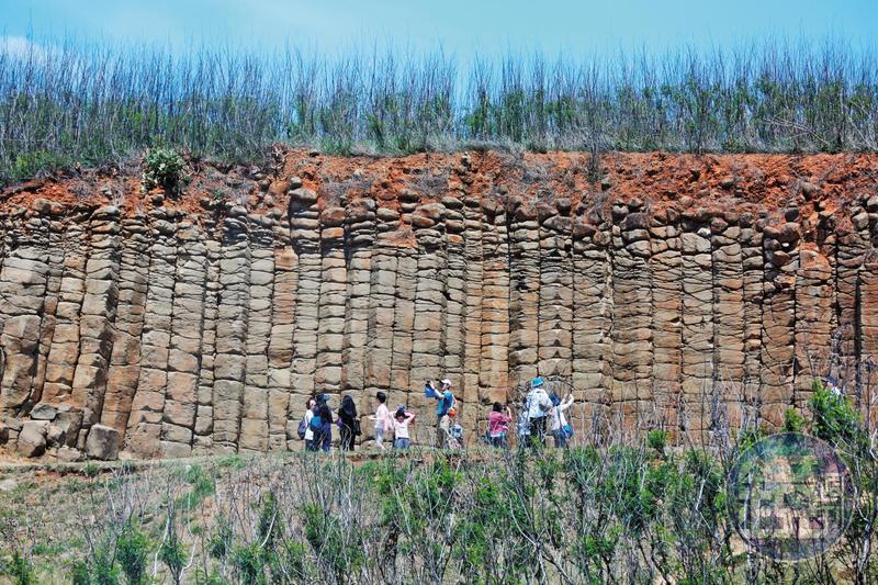 高院法官5月18日10點29分抵達澎湖觀看玄武岩,進行「環境教育」行程。