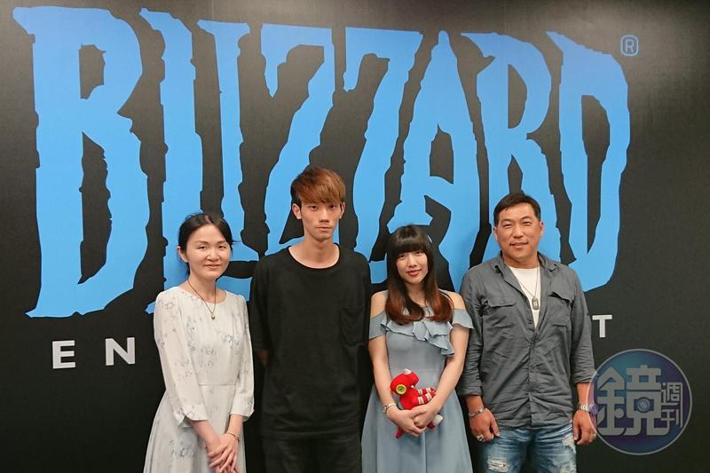《魔獸世界》新資料片即將上市,台灣暴雪特別舉辦配音員徵選,三位獲選的配音員分別為Lulu、張敦喻、王蕎蕎(由左至右),最右方為評審之一、資深配音員曹冀魯。