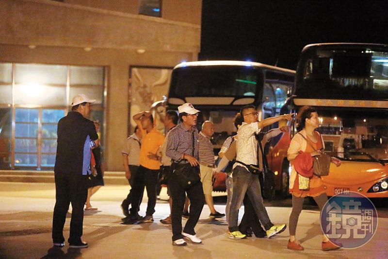 5月17日晚間21:36,高院法官團前往澎湖觀音亭觀看煙火,活動到近10點。