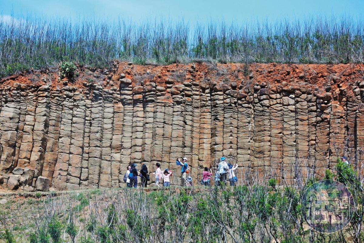 5月18日10:29,高院法官抵達澎湖觀看玄武岩,進行「環境教育」行程。
