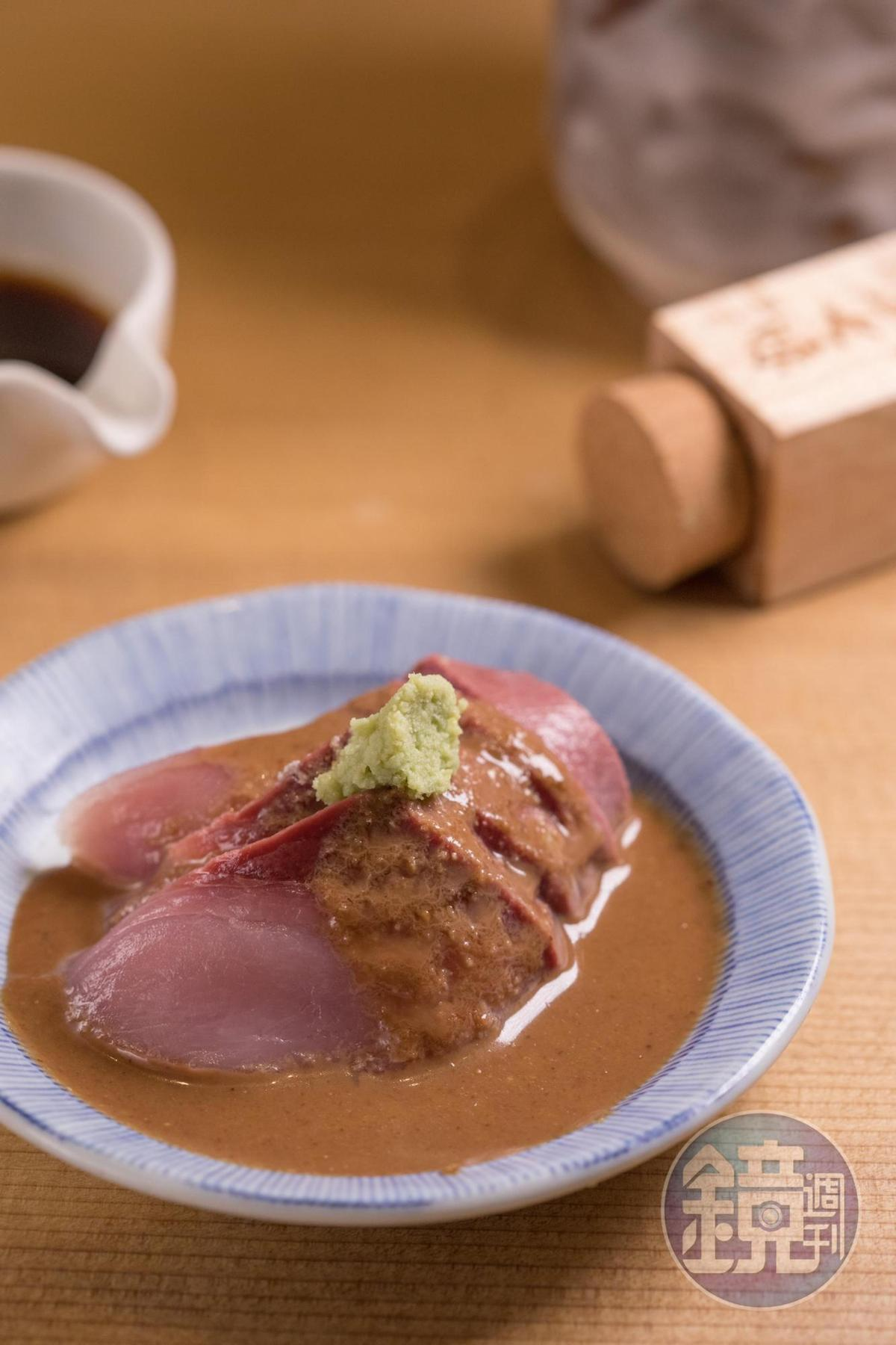 只要點餐,就會得到這盤淋有胡麻醬油的季節生魚片,別急著全部吃完,記得留一半加進茶泡飯。