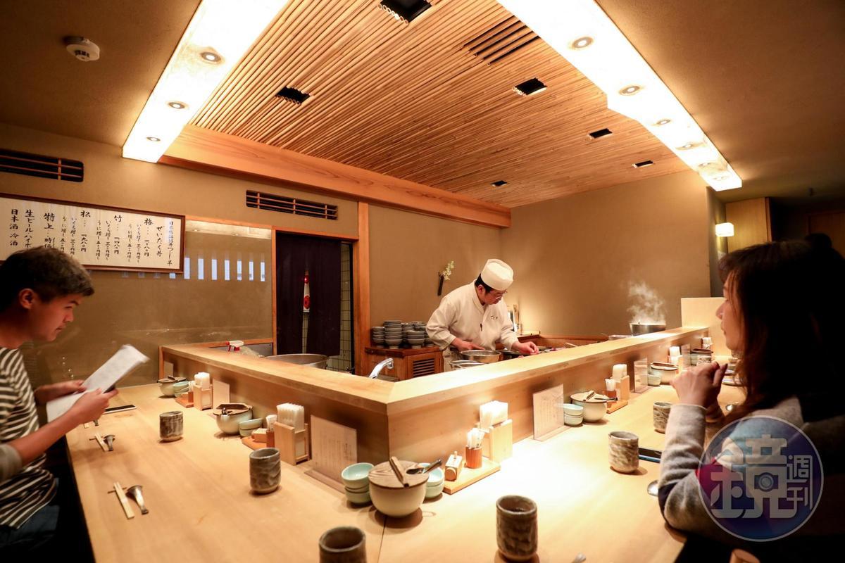 店內採低調沈穩風格,吧台座位有如高級壽司店。