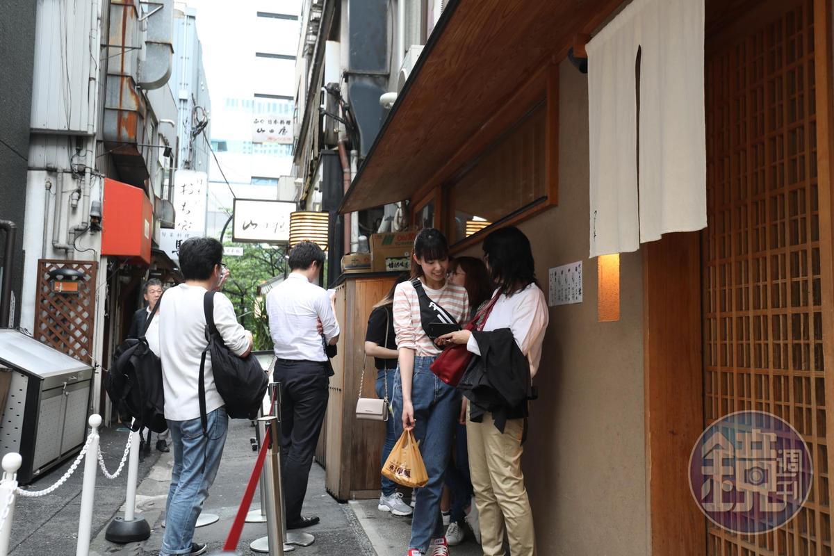 平日下午時段,門口已經出現排隊人潮,根據食評網站「食べログ」,用餐時段得排上至少一個半小時。