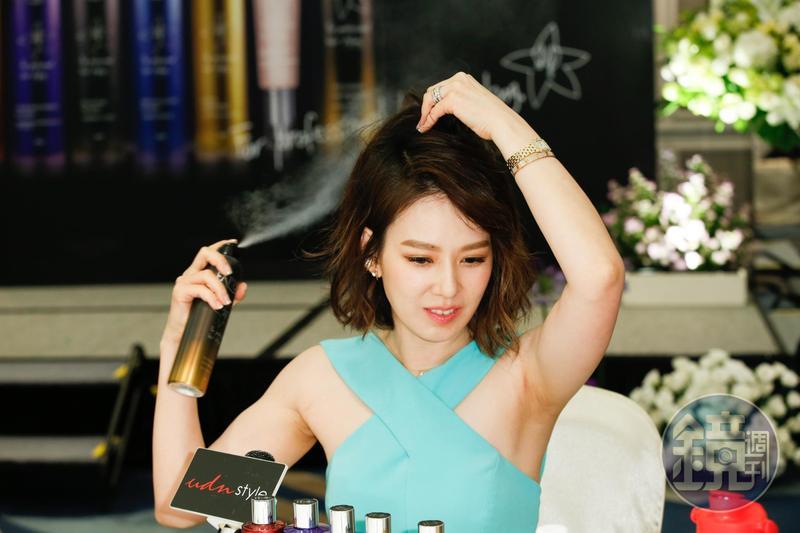 Melody大推護髮髮品,現場立刻示範,拿起瘋瘋髮噴霧噴得很盡興。