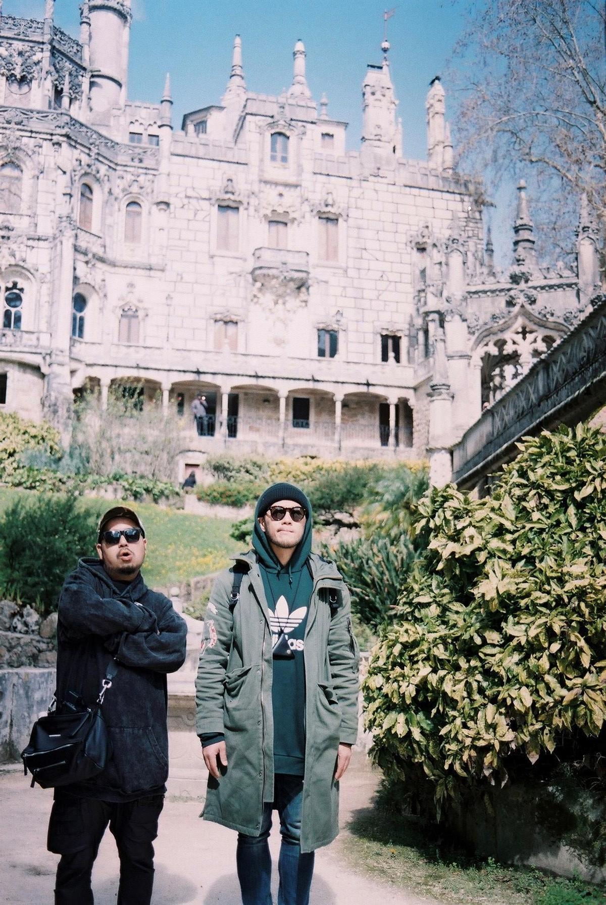 阿達在里斯本旅遊途中還在當地與老戰友、自由發揮的成員李伯恩碰頭,兩人四處閒逛尋找MV素材。(環球提供)